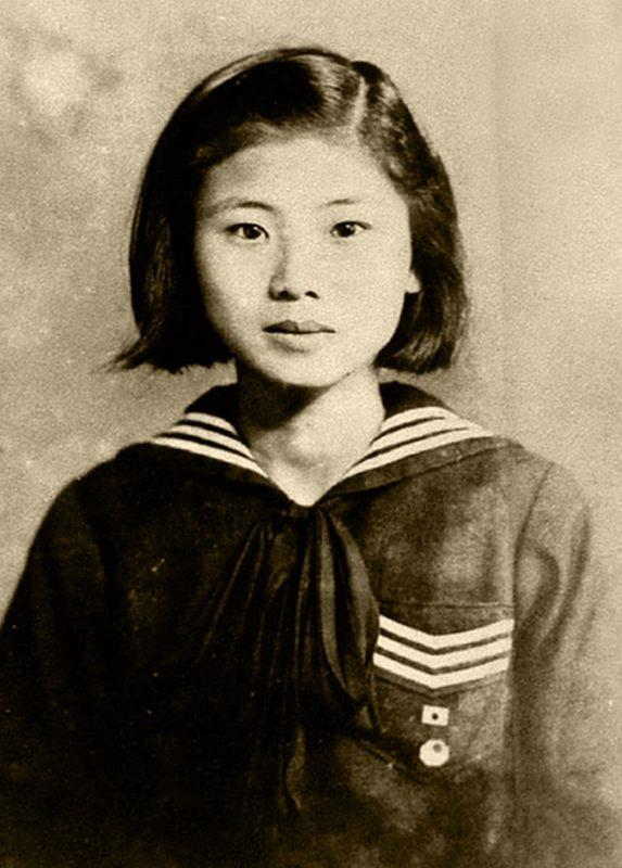 1945 年就讀於臺南州立第二高等女學校時期的施水環黑白照片